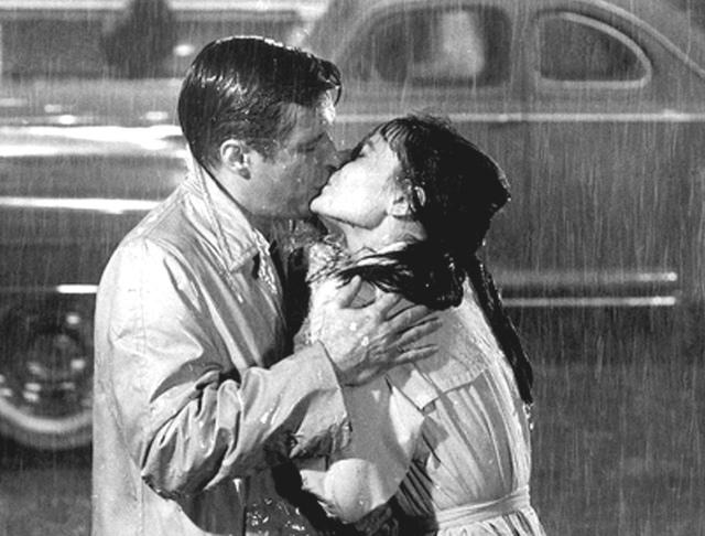 Beso bajo la lluvia entre Audrey Hepburn y George Peppard en Breakfast at Tiffany's