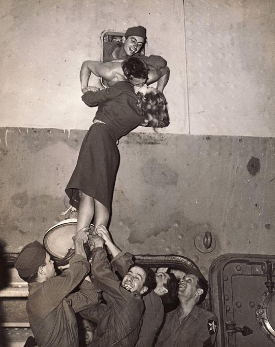 Marlene Dietrich besando a un soldado que regresa de Irving Haberman